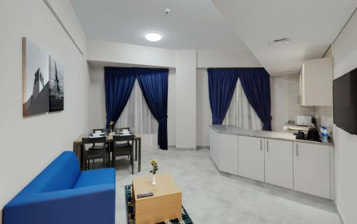 A seating area at Suba Star Apartments