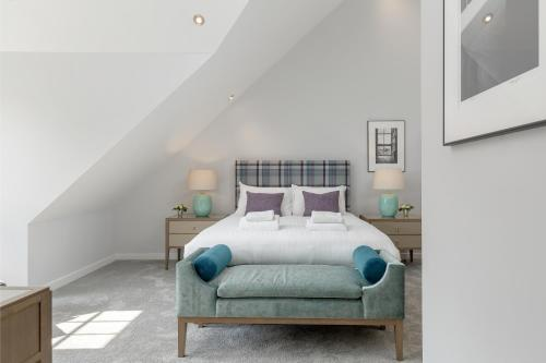 A bed or beds in a room at Destiny Scotland - Royal Mile Residence