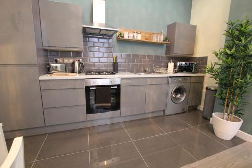 A kitchen or kitchenette at Sir Thomas Street