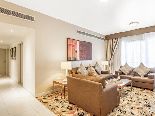 Een zitgedeelte bij Golden Sands Hotel Apartments
