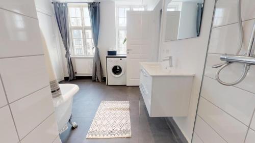 Ein Badezimmer in der Unterkunft Large and Bright Apartment in City Centre