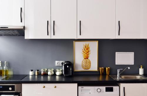A kitchen or kitchenette at Mermaid Station Apartments