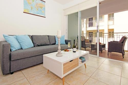 A seating area at Deep Blue Apartment