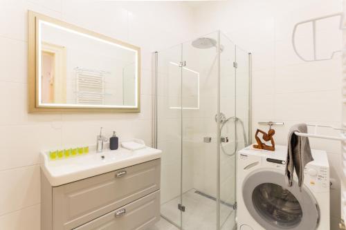 Um banheiro em SPACIOUS DOWNTOWN APT #BALCONY @HIPSTER NBRHD