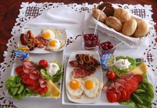 Hommikusöögi valikud saadaval majutusasutuse Dworek nad Radunią külastajatele