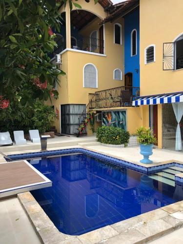 A piscina localizada em Chez Les Rois Guesthouse ou nos arredores