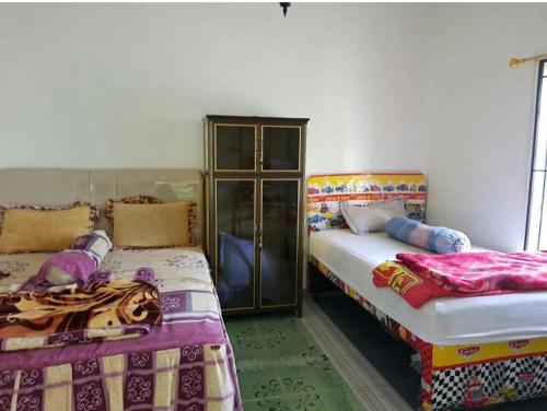 A bed or beds in a room at Hotel vila mahkota