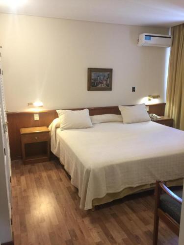 Una cama o camas en una habitación de Hotel Cervantes