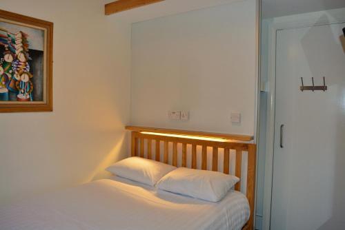 Un ou plusieurs lits dans un hébergement de l'établissement London Visitors Hotel
