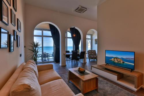 A seating area at Apartments Sunset Beach