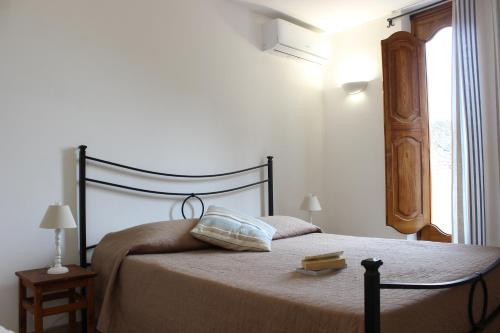La Maiolica Maison tesisinde bir odada yatak veya yataklar