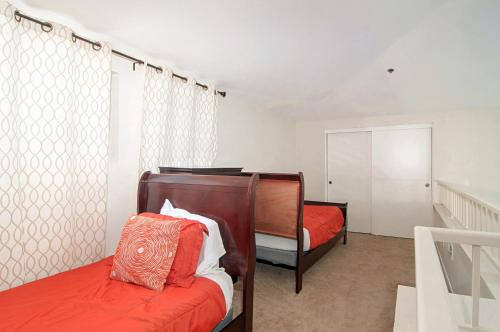 A bed or beds in a room at Rio Del Oro Condo in Mission Valley