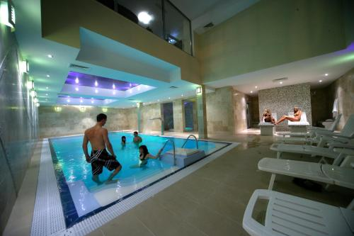 The swimming pool at or close to Apartamenty Feniks
