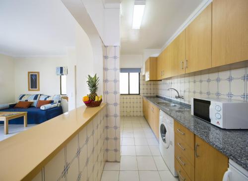 Una cocina o zona de cocina en Cheerfulway Clube Brisamar