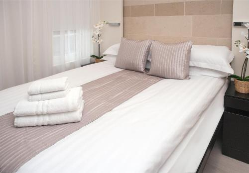 A bed or beds in a room at NOX HOTELS - Golders Green