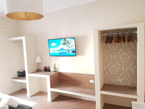 A television and/or entertainment centre at MoMo San Peter