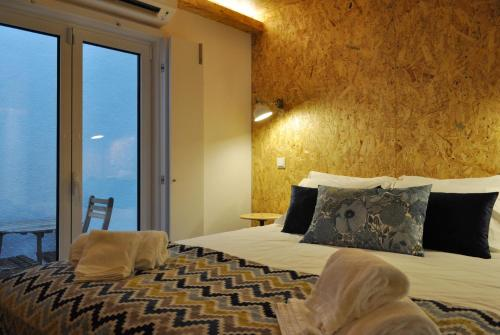 A bed or beds in a room at Plywood one-bedroom in Lapa!