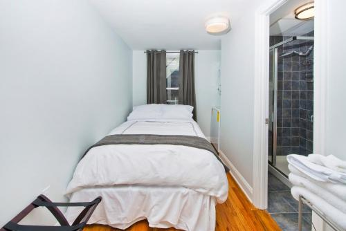 A bed or beds in a room at Gorgeous Duplex Townhouse 10 minutes to NYC!