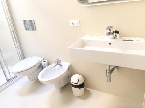 A bathroom at appartamento guglia