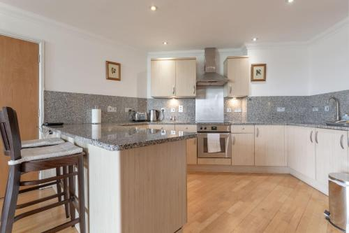 A kitchen or kitchenette at 2 Bedroom Flat With Tower Bridge View