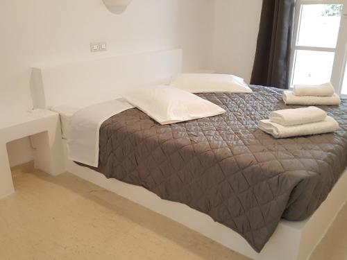 A bed or beds in a room at Ira Apartments & Studios Kamari