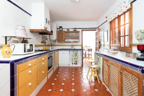 A kitchen or kitchenette at HomeLike Luxury Villa Luna de Tacoronte Pool