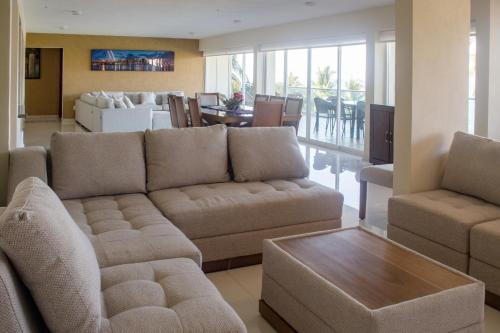 A seating area at Suites Costa Dorada