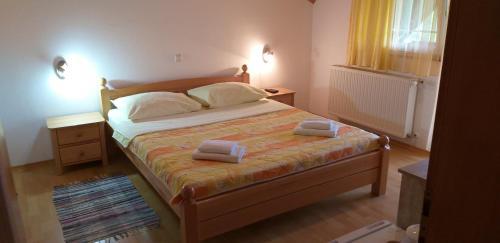 Giường trong phòng chung tại Apartman & Sobe Orhideja