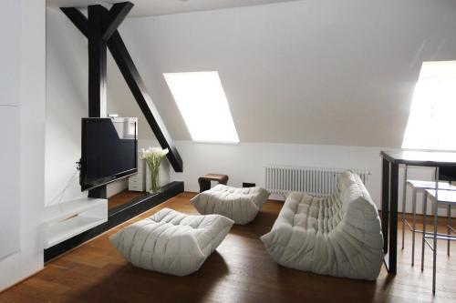 Televízia a/alebo spoločenská miestnosť v ubytovaní Prague Castle View Apartment with Air conditioning