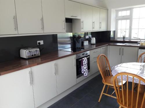 A kitchen or kitchenette at Lephenstrath Bridge Holiday Cottages Nan's Hoose