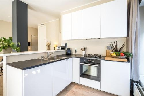 A kitchen or kitchenette at VERY NICE ground floor Apartment in a GREAT LOCATION