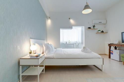 A bed or beds in a room at 23 Hovevei Tsiyon Street - By Beach Apartments TLV