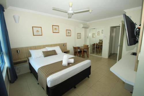 A bed or beds in a room at Coral Sea Vista Apartments