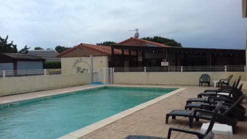 The swimming pool at or close to Marina grand confort au bord de l'eau