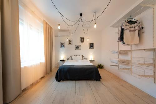 A bed or beds in a room at Antic Apartments