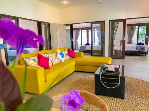 Uma área de estar em Residence 888 Ubud, Villa 5