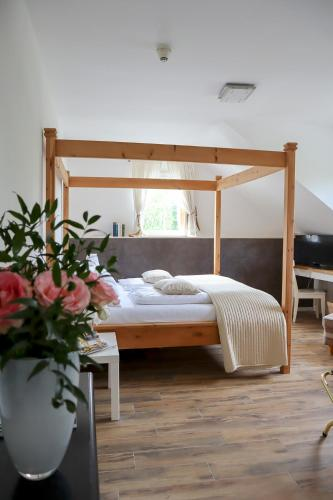 A bed or beds in a room at Hotel Gut Moschenhof