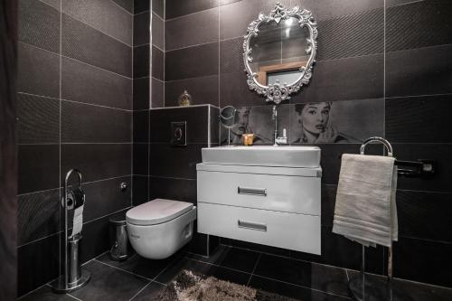 A bathroom at Cosy Luxury Flat in the Centrum- 90sqm - 3 rooms.