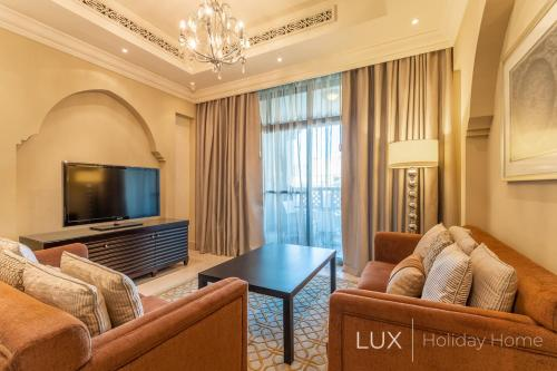 A seating area at LUX | Al Bahar Residence
