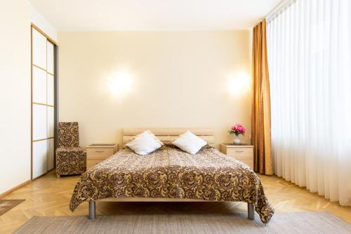 A bed or beds in a room at Romeo Family Uus Apartments