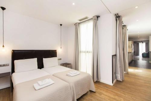A bed or beds in a room at Short Stay Group Liceu Serviced Apartments