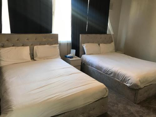 A bed or beds in a room at Luxury House By Hyde Park