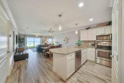 A kitchen or kitchenette at Emerald Dunes 103 Condo