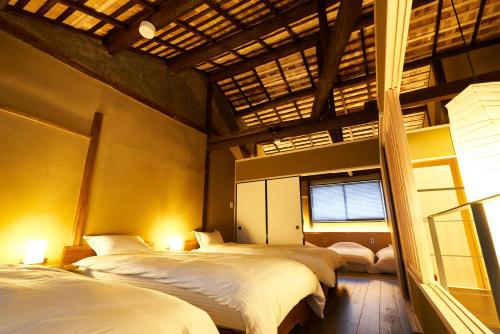 A bed or beds in a room at 珠数庵