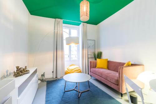 A seating area at L'Abeille - Boutique Apartments
