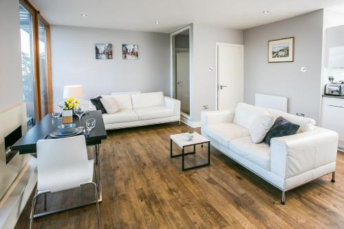 A seating area at Grand Canal Square Apartments