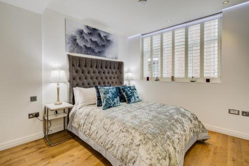 A bed or beds in a room at CLHH Covent Garden Penthouse