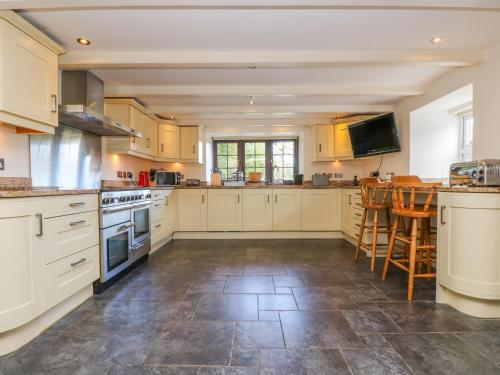 A kitchen or kitchenette at Carne Mill