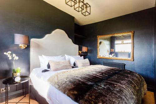 A bed or beds in a room at Romantic Cotswolds Holiday Home in Radcot