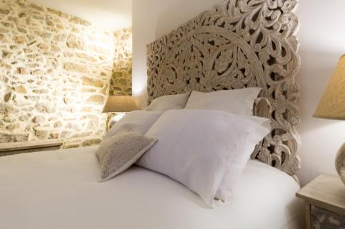A bed or beds in a room at Can Martí Sistachrentals